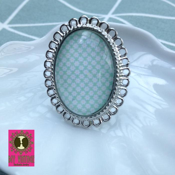 BFF - ovalen vintage ring met vrolijk bloemmotief