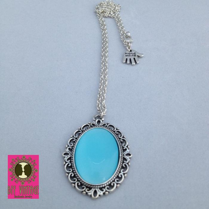 Zilverkleurige ketting met lichtblauwe cateyesteen