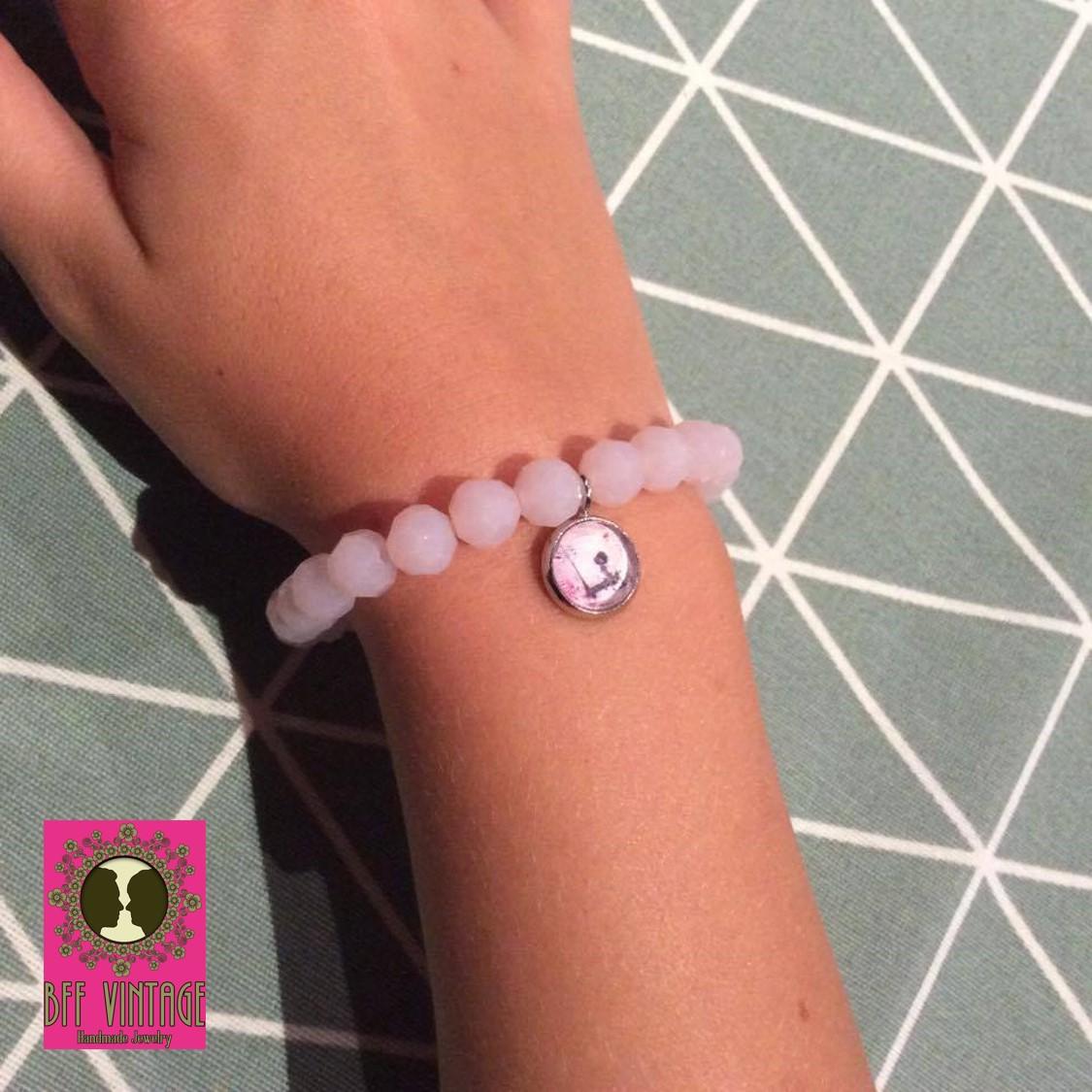 BFF roze glaskralenarmband met cabochonhangertje