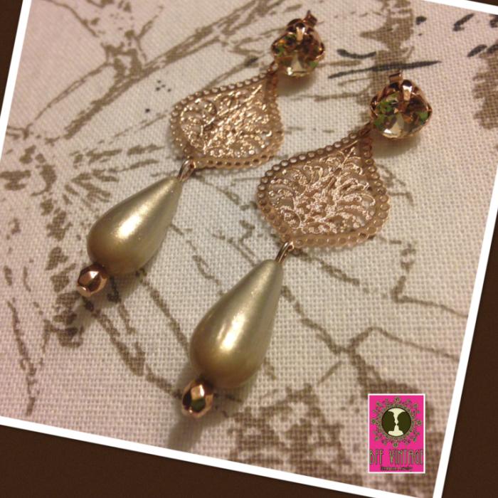 Lange oorbellen met beige Swarovski steentjes filigraan en polaris kraal
