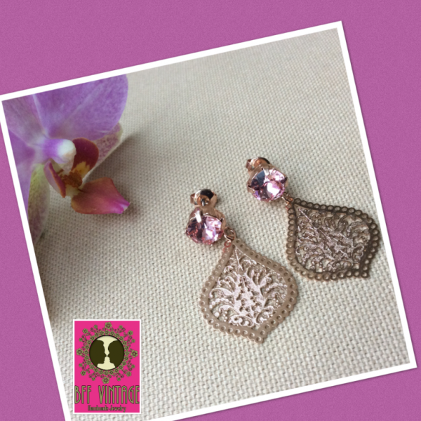 BFF oorbellen met light rose Swarovski steentjes en filigraan druppels