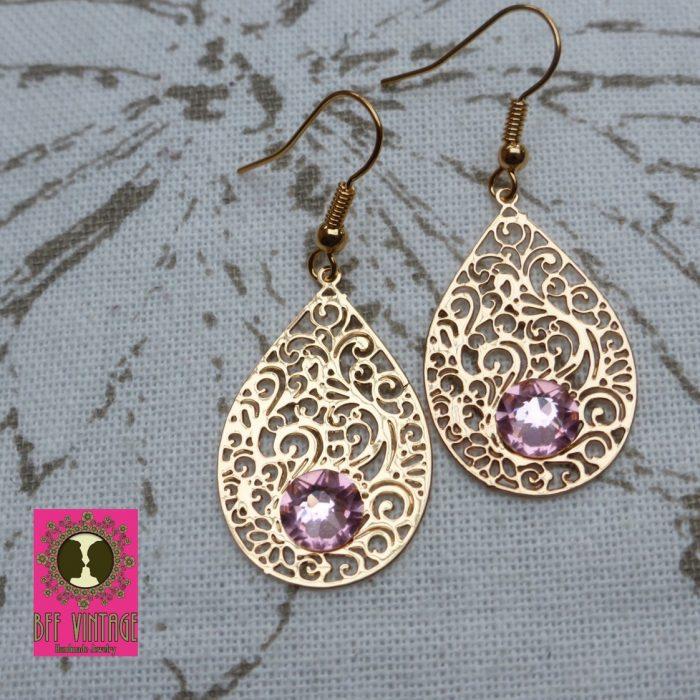 Goudkleurige oorbellen met DQ druppelfiligraanhangers en roze Swarovski