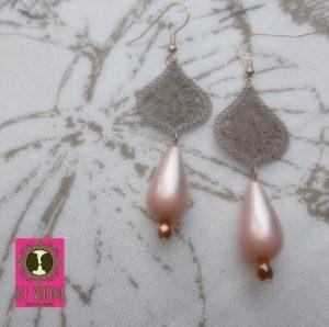 Rosékleurige oorbellen met taupe DQ druppelfiligraanhangers en roze Polaris druppelkralen - romantisch