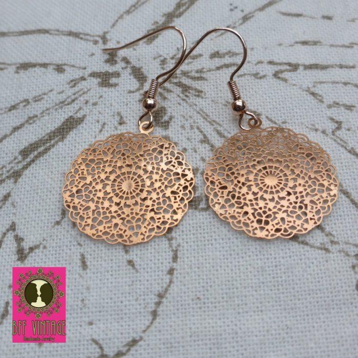 Roségoudkleurige oorbellen met ronde filigraan hangers