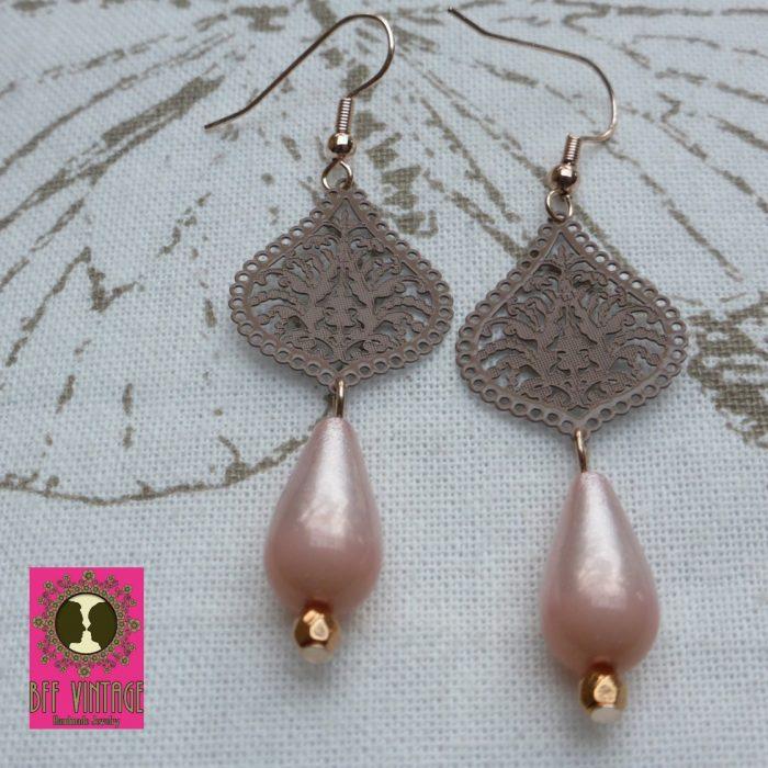 Rosékleurige oorbellen met taupe DQ druppelfiligraanhangers en roze Polaris druppelkralen