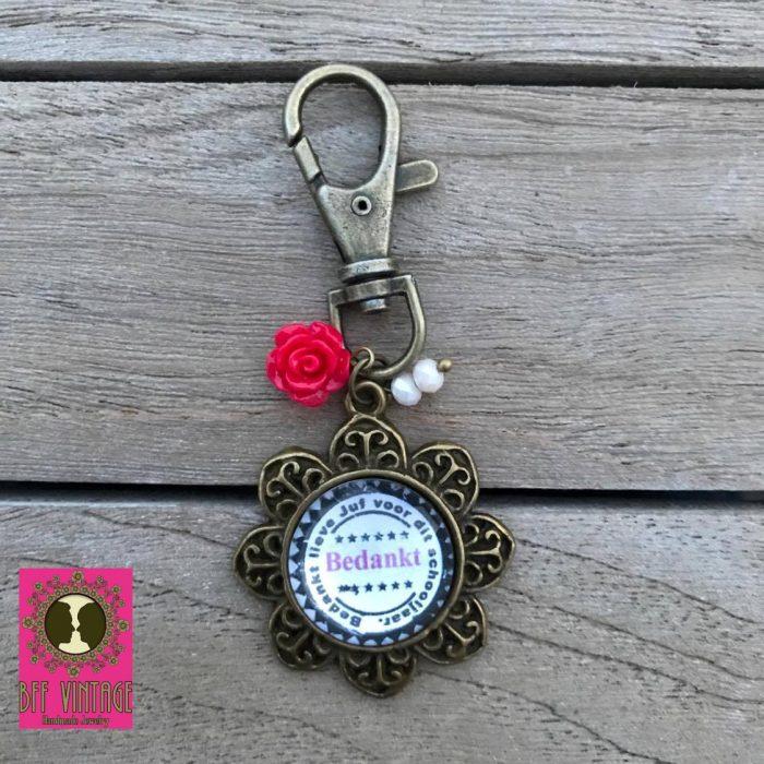 BFF Vintage - Sleutelhanger bloemvormige hanger - Bedankt voor het schoojaar juf - rode roosjes.