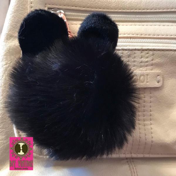 Zwarte fluffy bol sleutelhanger met oortjes