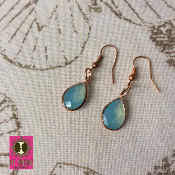 Roségoudkleurige oorhangers met kleine turquoise facethangers