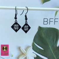 Fijne zwarte oorbelletjes met Bohemian rhombus filigraantjes
