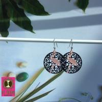 Oorhangertjes met zwarte ronde Bohemian filigraanhangers en turquoise flamingo's