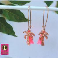 Zomerse lange oorhangers met leuke palmboompjes en hot pink kwastjes