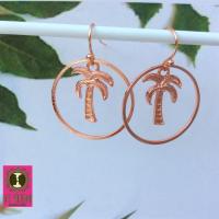 Roségoudkleurige oorhangers met palmboompjes en grote ring